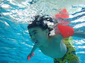 知的障がいのある子どもへのプールボランティア(YMCAエンジェルスイミング)